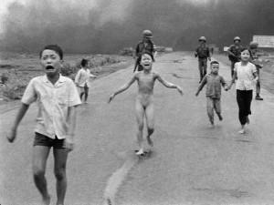Imagem icônica de uma menina vietnamita correndo nua após o ...