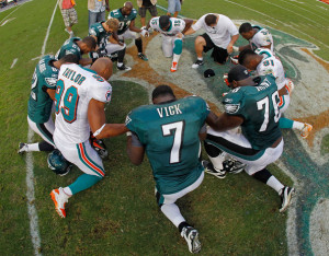 ... michael vick michael vick 7 of the philadelphia eagles prays with