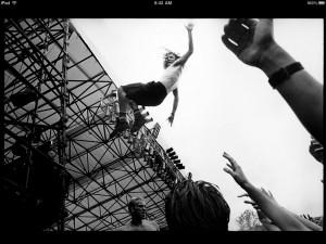 eddie_vedder_stage_dive_pearl_jam