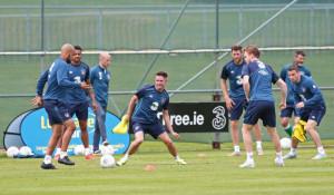 Robbie Keane, al centro del torello, si allena con l'Irlanda. Il suo ...