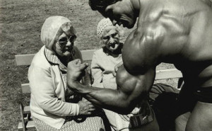 arnold-schwarzenegger-with-two-old-ladies1