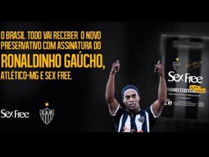 Ronaldinho Gaúcho es la imagen de una marca de preservativos