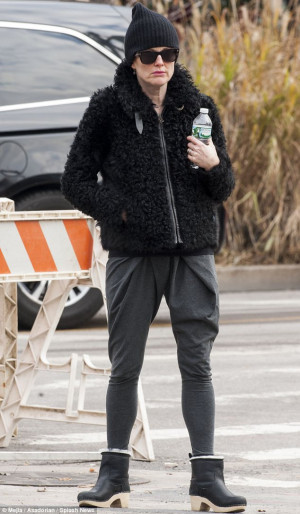 Julianne Moore Julianne Moore Runs Errands pmCpWdjCWyPl jpg
