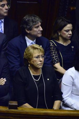 La mandataria chilena Michelle Bachelet abajo y el vicepresidente