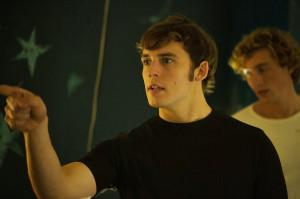 ... detrás de escenas de Sam Claflin en su nuevo thriller The Quiet Ones