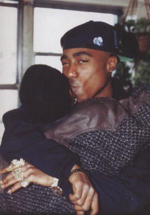 Rare pic of Tupac hugging his mom