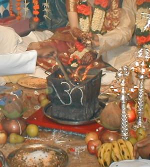 ... of commons.wikimedia.org/wiki/File:Hindu_wedding_ceremony_fire.jpg