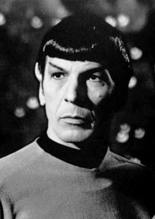Leonard Nimoy caracterizando al señor Spock.