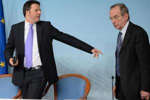 Matteo Renzi e il ministro dell'Economia, Pier Carlo Padoan illustrano ...