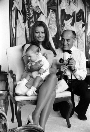 as Alfred Eisenstaedt crouches beside her, 1969. (Alfred Eisenstaedt ...