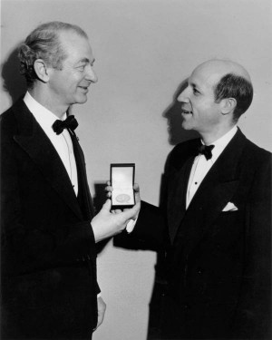 Linus Pauling receiving the Gilbert Newton Lewis Medal from Melvin ...