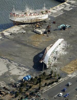 日本青森被海啸冲上码头的船只