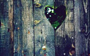 ... hartje in de planken van een oude schutting | HD liefde wallpaper foto