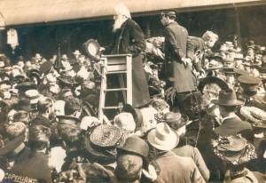Heilsarmee-Gründer, General William Booth bei einer Rede.