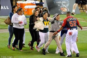 Yoenis Cespedes Girlfriend Embrace: cespedes celebrates