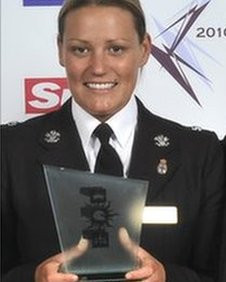 ... Pc Elizabeth Window with her police bravery award (Pic: The Sun