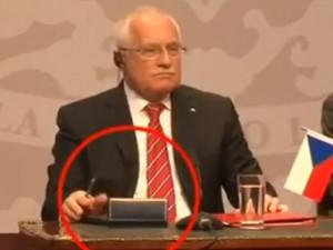 Вацлав Клаус с протокольной ручкой в ...