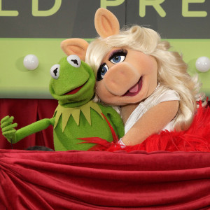 ... and amy double date with kermit and piggy for the muppets premiere