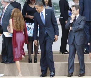 Barack Obama, Nicolas Sarkozy regardent une femme au G8 à l'Aquila