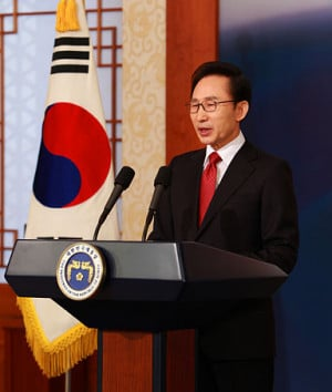 South Korean President Lee Myung-Bak makes a televised New Year speech ...