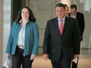 Der SPD-Vorsitzende Sigmar Gabriel (r) und Generalsekretärin Andrea ...