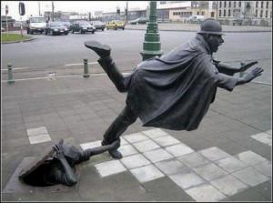 Ecco una statua divertente . L'oggetto che rappresenta è un ...