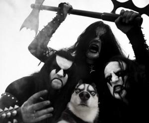 funny-picture-moon-monn-kiss-metal