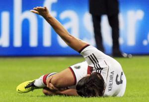 Wars das mit dem WM-Traum: Sami Khedira liegt verletzt am Boden. Bild ...