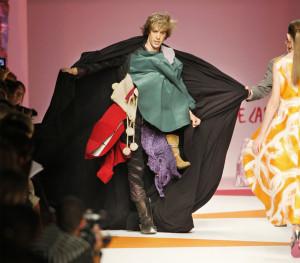 Brüno (Sacha Baron Cohen) en plein défilé de mode