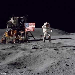 月球上的宇航员向星条旗敬礼