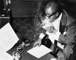 lo studio di louis armstrong il jazzista statunitense louis armstrong ...