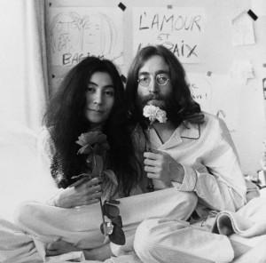 """Yoko Ono publica documentário """"Bed Peace"""", feito com John Lennon"""
