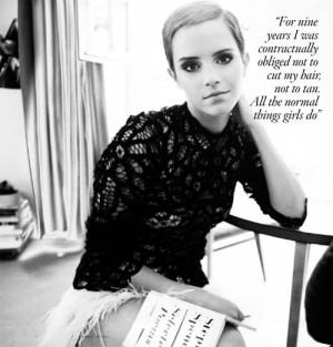 Emma Watson con expresión seria, enfoca su vista a la cámara; viste ...