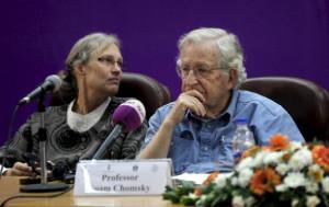 Noam Chomsky tijdens een lezing aan de Islamitische Universiteit van ...