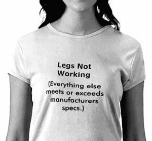 un T-shirt avec l'inscription : Les jambes ne fonctionnent pas... Mais ...