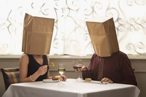 Cruiser avec un sac en papier sur la tête pour trouver l'âme soeur