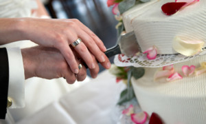 cutting the wedding cake 5 trends of wedding cakes in 2014