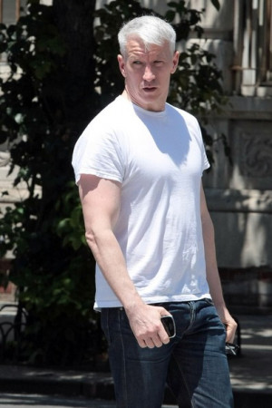 Anderson Cooper strolls before hopping on his bicycle in New York City ...
