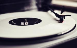 唱片机有一种岁月留声的味道,很怀旧很安静很忧伤 ...