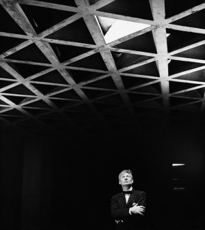 Louis Kahn looking at his tetrahedral ceiling in the Yale University ...