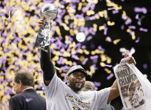 Baltimore Ravens inside linebacker Ray Lewis holds up the Vince ...