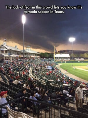 funny-picture-tornado-Texas-baseball-game
