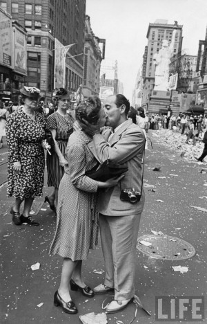 um marinheiro beija apaixonadamente uma enfermeira de uniforme durante ...
