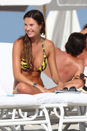 Behati+Prinsloo+Behati+Prinsloo+Beach+Miami+PTqroW24iknx.jpg