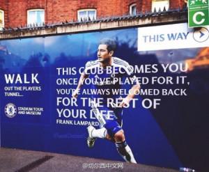 斯坦福桥球场外张贴了巨幅兰帕德海报:This Club ...