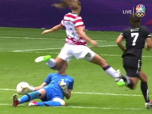 alex-morgan-nearly-takes-a-goalies-head-off-with-a-brutal-knee-to-the ...
