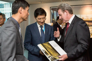 Gift exchange with Chiense delegates and Barry O'Farrell