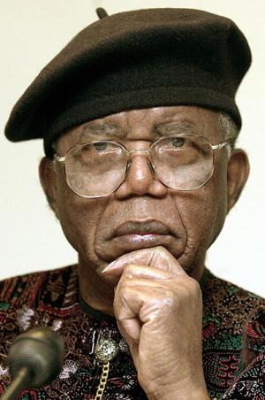 Chinua-Achebe-2002-009.jpg