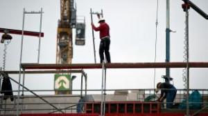 Bauarbeiter arbeiten auf einem Wohnungsneubau in Berlin (Quelle: dpa)