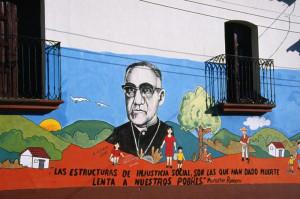 Mural del Siervo de Dios en una calle de El Salvador con una cita suya ...